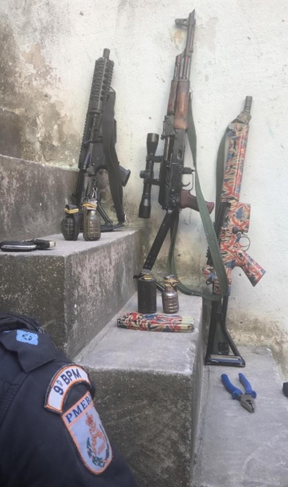 Segundo os policiais, três fuzis e quatro granadas foram apreendidas com eles — Foto: Divulgação/ PMERJ