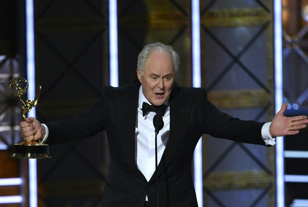 John Lithgow recebe o Emmy como melhor ator coadjuvante em série dramática por 'The Crown' (Foto: Frederic J. Brown/AFP)