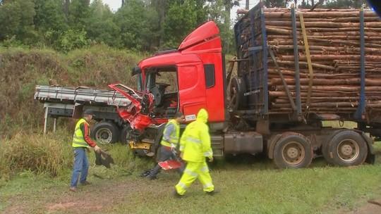Acidente com treminhão carregado de madeira deixa motorista ferido em rodovia do interior de SP