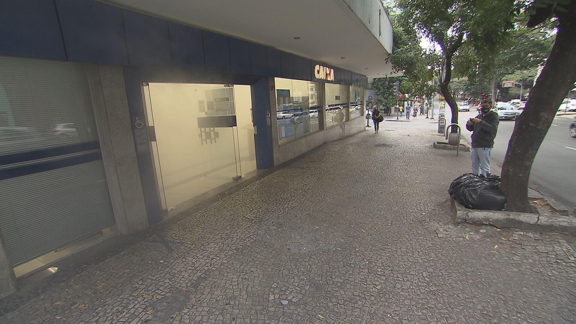 Fumaça em agência bancária assusta pedestres em BH; VÍDEO