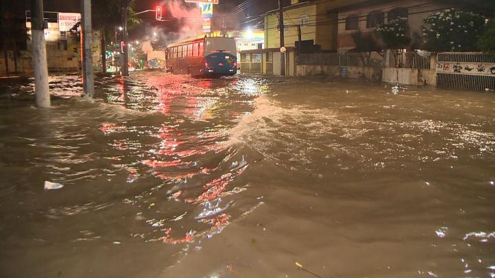 Vias de Vila Velha, ES, ficaram completamente alagadas após chuva forte — Foto: Reprodução/ TV Gazeta