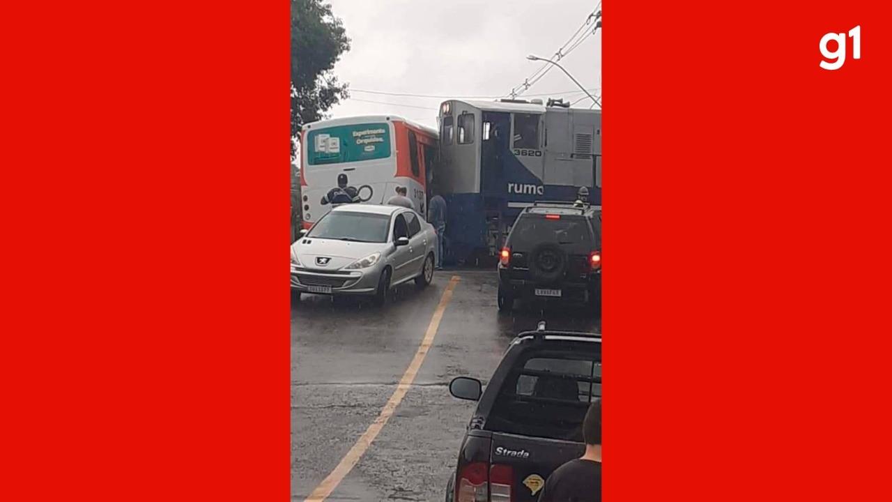 Locomotiva bate contra ônibus em Santa Maria