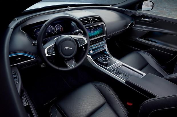 Interior do Jaguar XE Landmark, que tem como base a versão R-Sport (Foto: Divulgação/Jaguar)