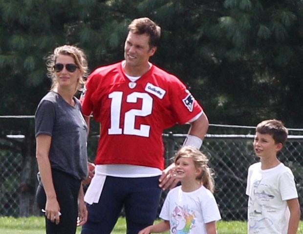 Tom Brady e Gisele com os filhos (Foto: Backgrid)