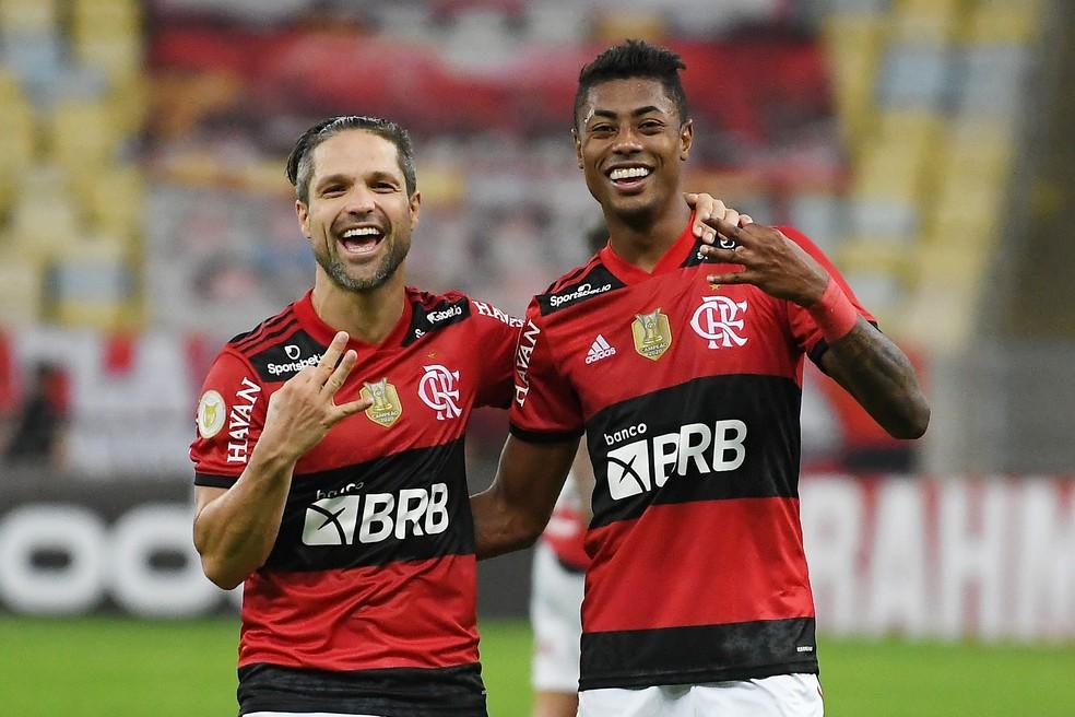 Bruno Henrique e Diego comemoram goleada do Flamengo sobre o São Paulo — Foto: Alexandre Durão