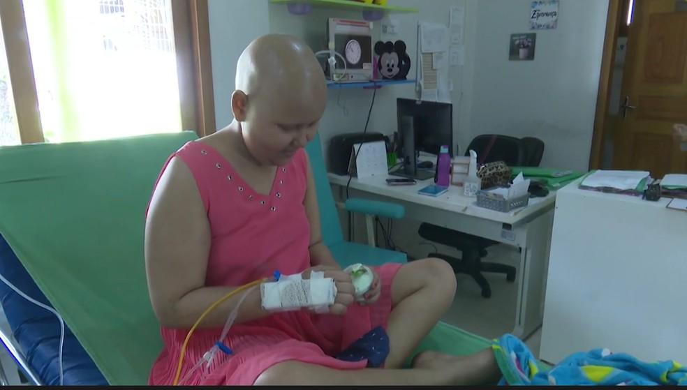 Crianças e adultos em tratamento contra o câncer recebem pote de sorvete durante a quimioterapia  — Foto: Reprodução/Rede Amazônica Acre