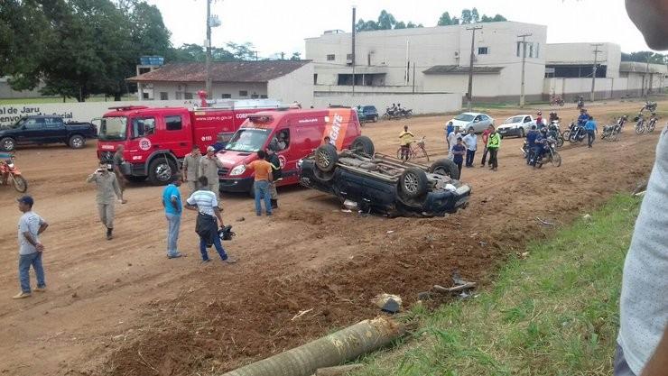 Motorista dorme ao volante e capota caminhonete na BR-364 em Jaru, RO
