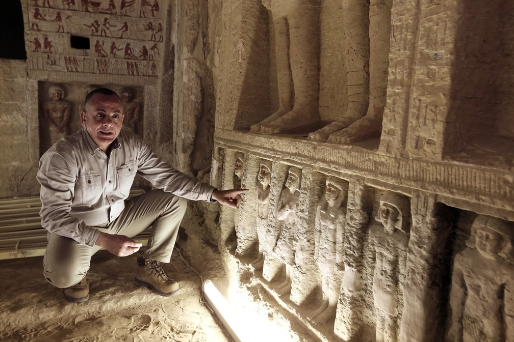 """Mostafa Waziri, secretário geral do Conselho Supremo de Antiguidades, fala dentro de uma tumba recentemente descoberta da Purificação Real do Sacerdote durante o reinado do Rei Nefer Ir-Ka-Re, chamado """"Wahtye."""" — Foto: AP Photo/Amr Nabil"""