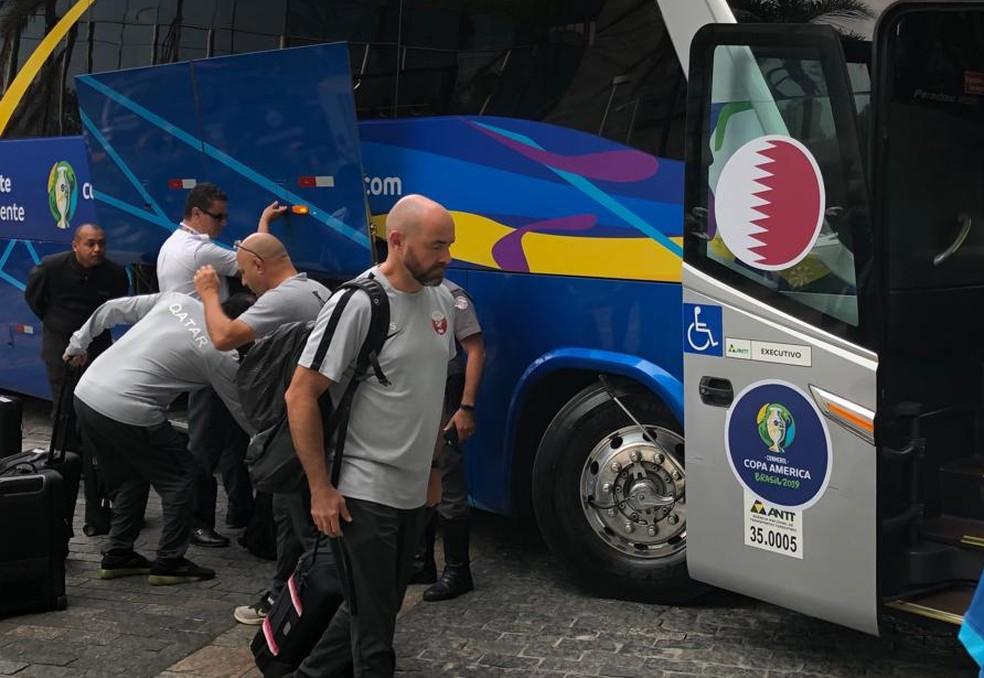 Felix Sánchez, treinador do Catar, na chegada da seleção a São Paulo — Foto: Leonardo M.Bianchi