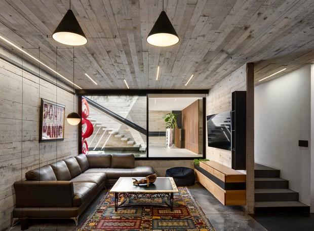 A sala de televisão fica reclusa às áreas principais da casa, a fim de que os proprietários possam transformá-la em um quarto de hóspedes, que oferece privacidade (Foto:  Rafael Gamo/ Reprodução)