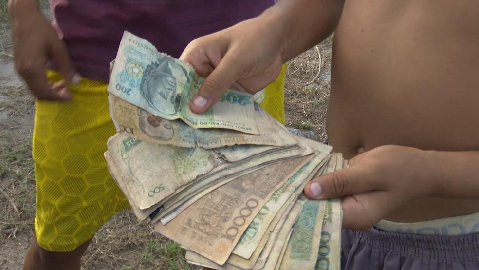Notas antigas de dinheiro chamaram a atenção das pessoas no assentamento Dom José Maria Pires — Foto: TV Cabo Branco/Reprodução
