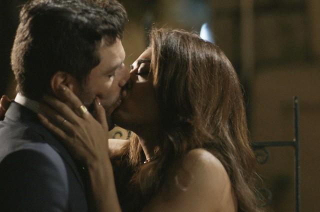 Rodrigo Lombardi e Juliana Paes em cena de 'A força do querer' (Foto: Reprodução)
