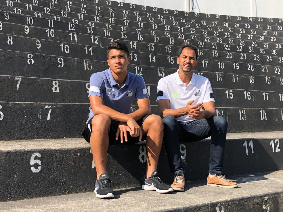 Marcos Leonardo e o pai, Marcos, na arquibancada da Vila Belmiro — Foto: Laura Fonseca