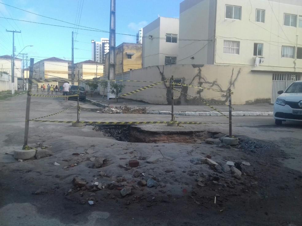 Tremor de terra deixou vários buracos no asfalto em Maceió (Foto: Roberta Cólen/G1)