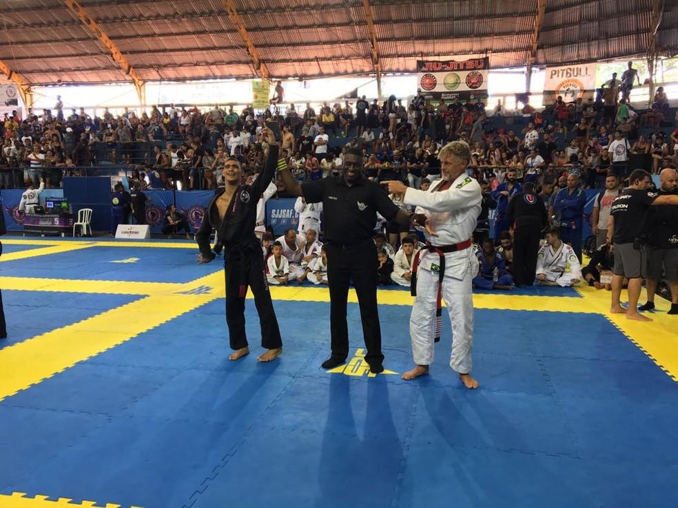 Com paralisia cerebral, o faixa-preta Alan de Oliveira venceu sua luta especial no Sul-Americano de Jiu-Jitsu (Foto: Caio Blois )
