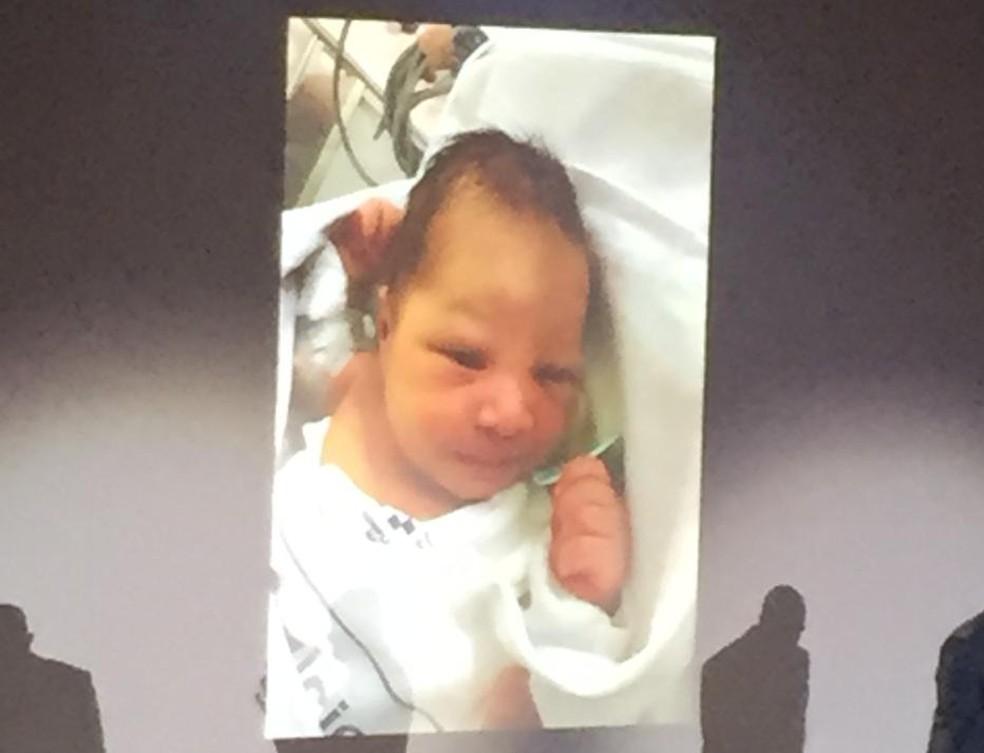 Bebê nasceu na Espanha depois da mãe sentir contrações dentro do navio — Foto: G1 Santos