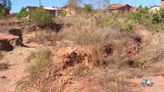 Moradores temem que casas sejam engolidas por cratera durante chuvas: 'não pode dormir'