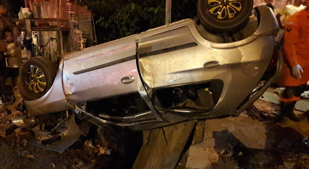 Adolescente de 17 anos capotou um carro, destruiu um muro e atropelou um homem no bairro Estiva — Foto: Divulgação/PRF