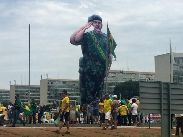 Boneco do General Mourão inflado na Esplanada dos Ministérios (Foto: Jéssica Nascimento/G1)