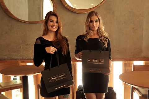As promotoras Tauani Alves e Ludmila Machado na Intimissimi