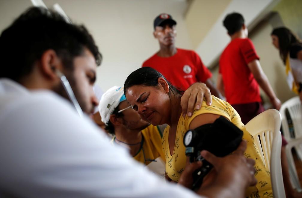 Mulher recebe cuidados médicos depois do rompimento da barragem da Vale em Brumadinho. — Foto: Adriano Machado/Reuters