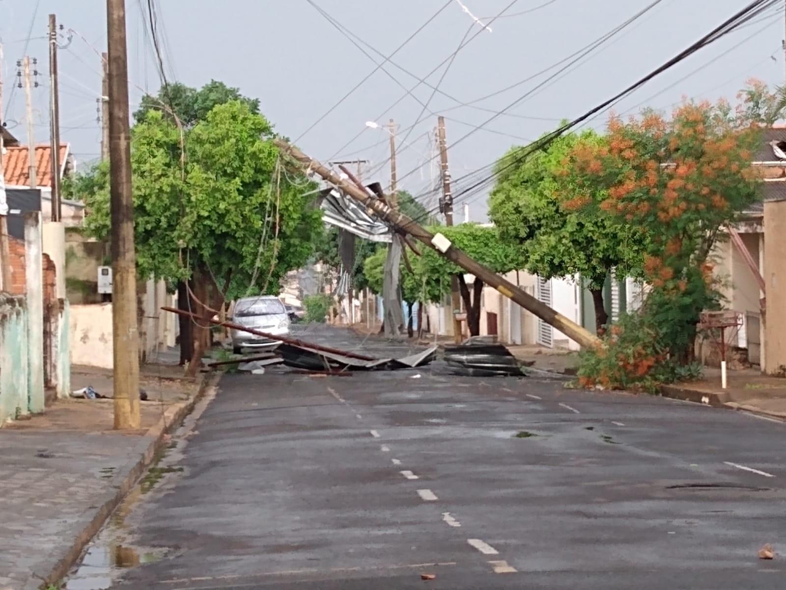 Temporal derruba árvores e deixa moradores de Catanduva sem energia elétrica