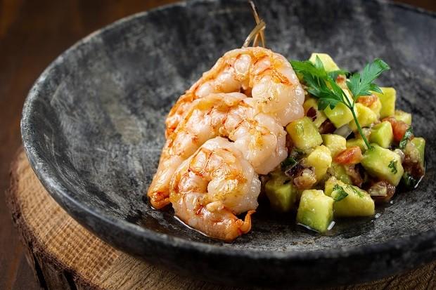 Receita de espetinho de camarão com salada de abacate (Foto: Lype Borges / Divulgação)