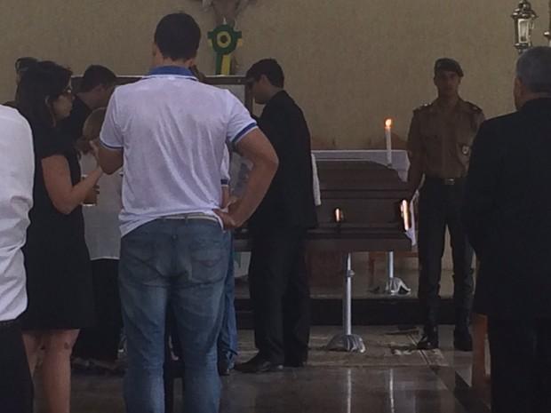 Amigos e familiares velam corpo do general em capela do Aldebaran (Foto: Carolina Sanches/G1)