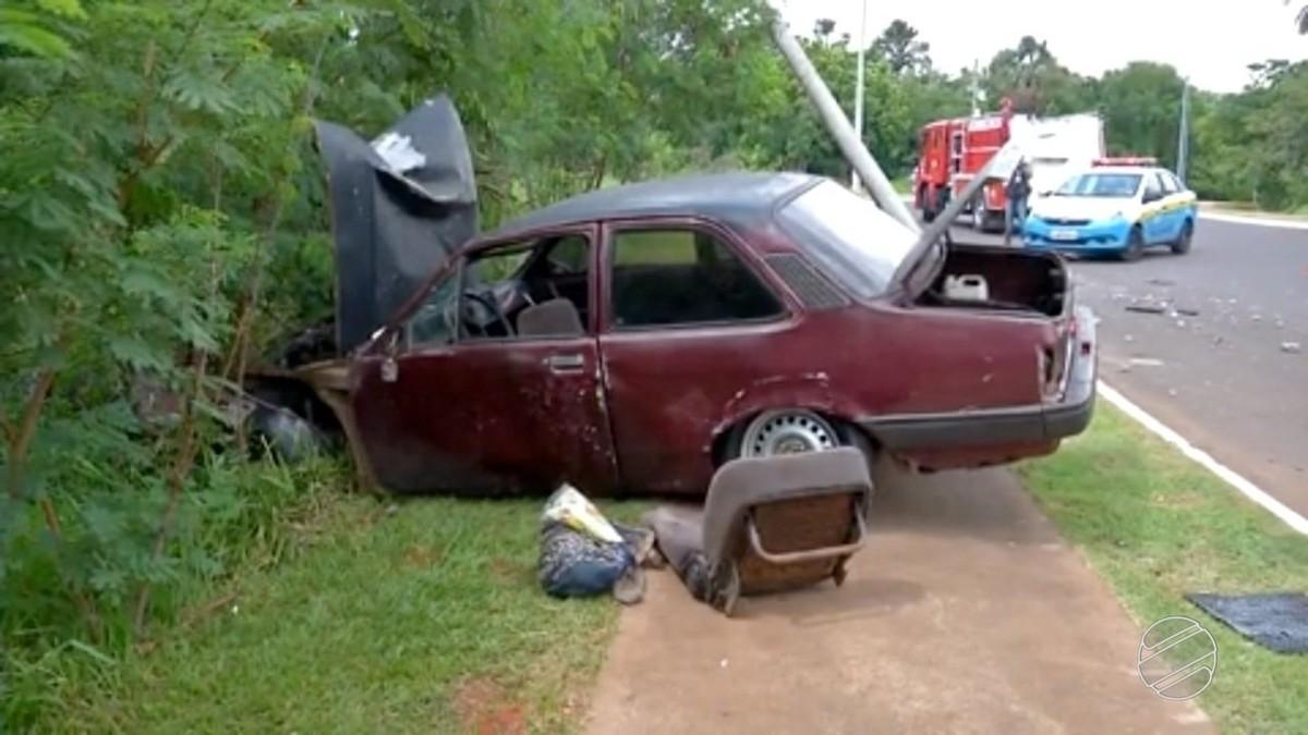 Motorista perde controle do carro e bate em poste em Campo Grande
