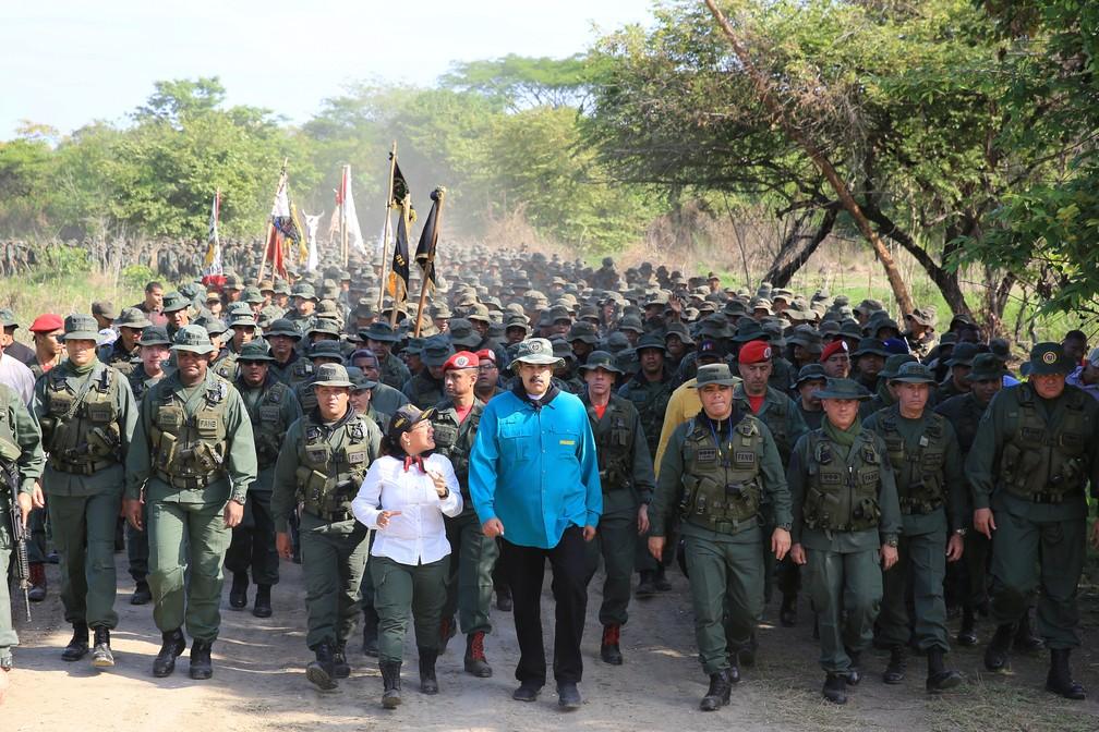 Nicolás Maduro caminha ao lado do ministro da Defesa da Venezuela e membros militares durante sua visita a um centro de treinamento militar em El Pao — Foto: Divulgação via Reuters