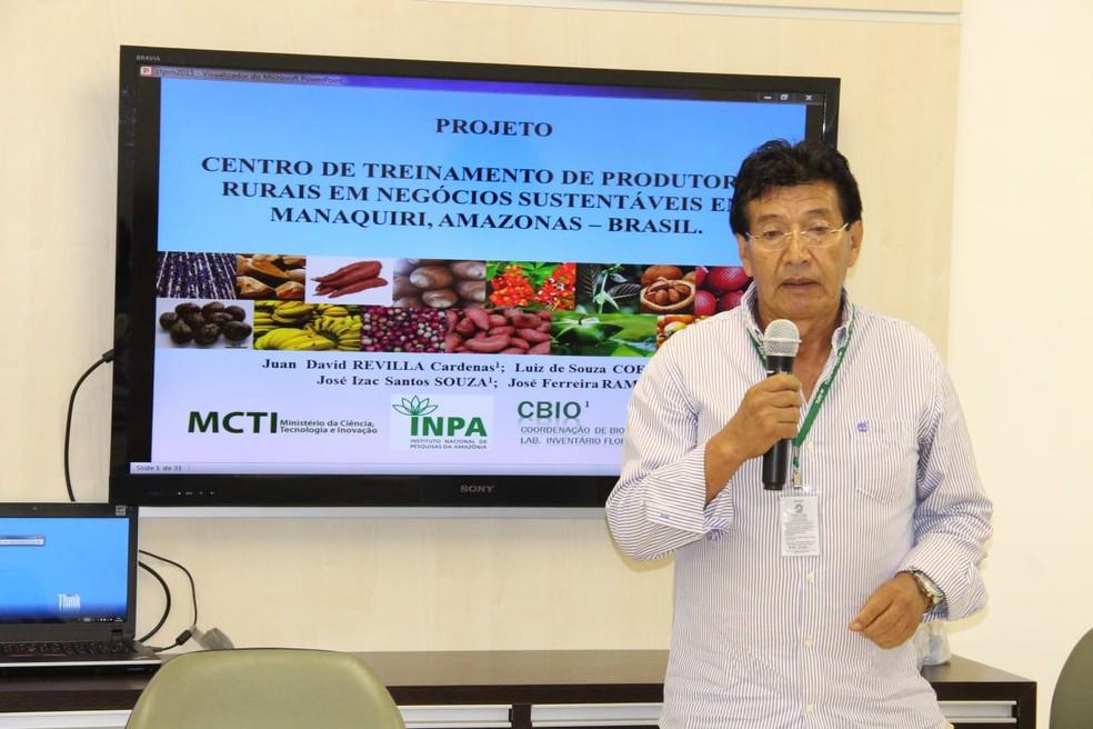Pesquisador Juan Revilla em Manaquiri antes da pandemia  — Foto: Ascom/INPA