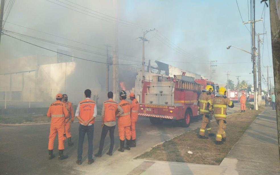 O incêndio provocou uma cortina de fumaça — Foto: TV Sergipe/Ana Fontes