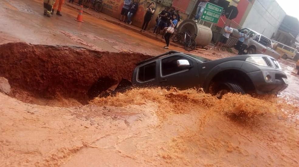 Detalhes do carro que foi 'engolido' por cratera em Vicente Pires, no Distrito Federal, em 2018 — Foto: Corpo de Bombeiros do DF/Divulgação