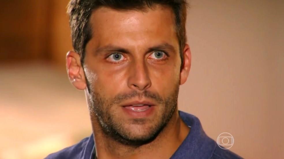 Cassiano (Henri Castelli) descobre que Alberto (Igor Rickli) está envolvido com a existência da pista de voo clandestina — Foto: Globo
