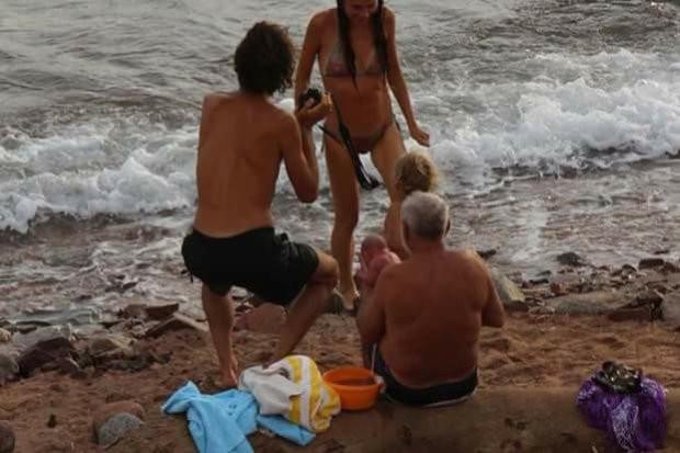 Uma das cenas mais improváveis de se ver: um recém-nascido na beira do mar (Foto: Reprodução CEN/Facebook)