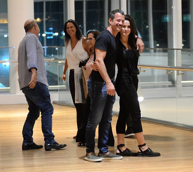 Malvino Salvador e sua mulher, Kyra Gracie, posam com família após jantar em shopping no Rio de Janeiro (Foto: AgNews)