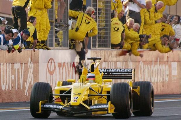 A equipe comemorando a quinta colocação de Takuma Sato na última corrida da temporada, dirigindo seu Jordan, em 2002 (Foto: The Market)