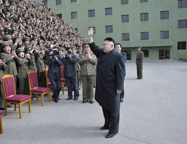 O ditador da coreia do Norte, Kim Jong-un, acena para militares em evento em 28 de março em Pyongyang (Foto: AFP)