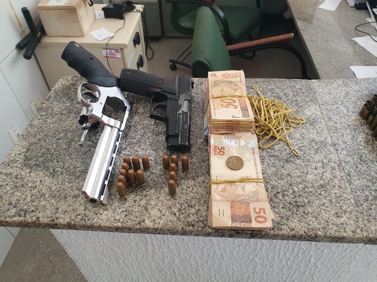 Suspeito de fingir ser policial é preso com 167 cartões e dinheiro, no Ceará