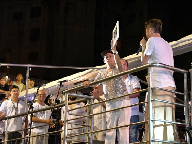 Saulo entrega homenagem a Orlando Tapajós, na abertura do carnaval de Saulo (Foto: Elias Dantas/Ag. Haack)
