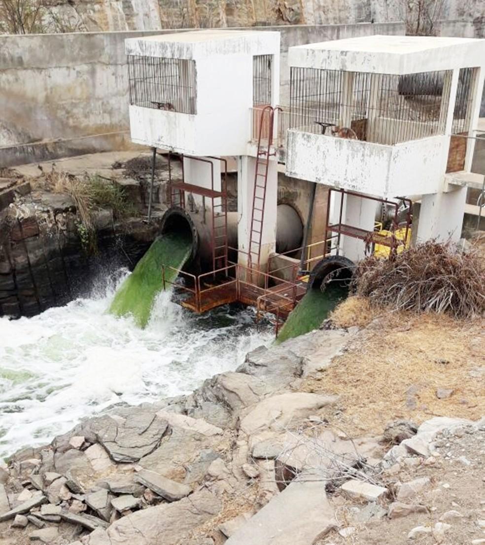 Água esverdeada chama atenção nas comportas da barragem Armando Ribeiro, em Itajá   (Foto: Renato Medeiros)