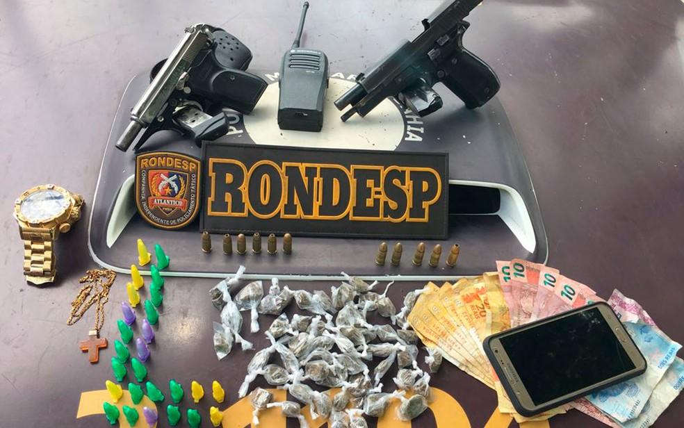 Armas e drogas foram apreendidas com os suspeitos (Foto: Divulgação/SSP)