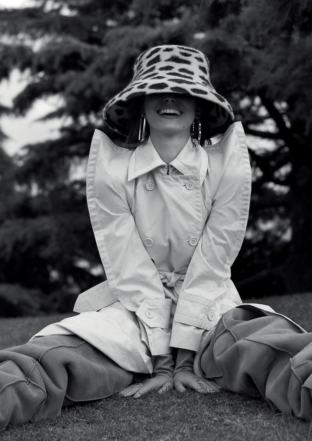 Trench coat, Nina Ricci. Chapéu, Eric Javits; argolas, Balenciaga (Foto: Mariana Maltoni)