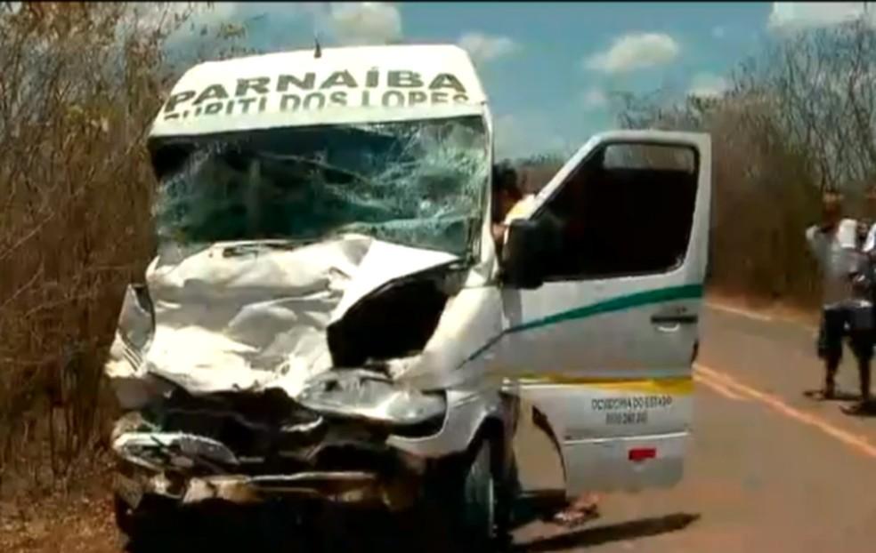Motorista de van, que viajava no banco do passageiro, morreu durante colisão na PI-211, no Norte do Piauí — Foto: TV Clube