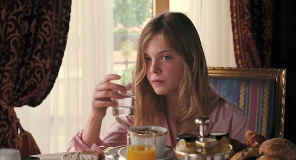 Elle Fanning aos 12 anos em cena de 'Um Lugar Qualquer' (2010) (Foto: Reprodução)