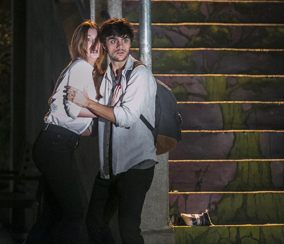 Eliza (Marina Ruy Barbosa) e Jonatas (Felipe Simas) ficam apavorados — Foto: Inácio Moraes/Gshow