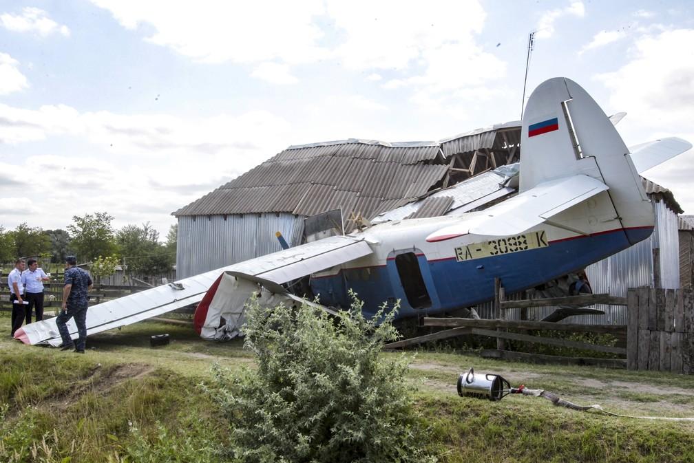 Pequeno avião particular caiu em uma casa em Novoshchedrinskaya, na Chechênia, região da Rússia, nesta terça-feira (16). — Foto: Musa Sadulayev/AP