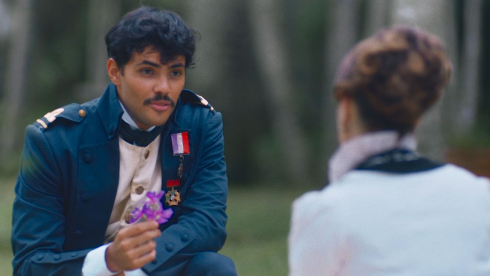 Bernardinho (Gabriel Fuentes) Batista corteja Leopoldina (Bruna Griphao) em 'Nos Tempos do Imperador' — Foto: Globo