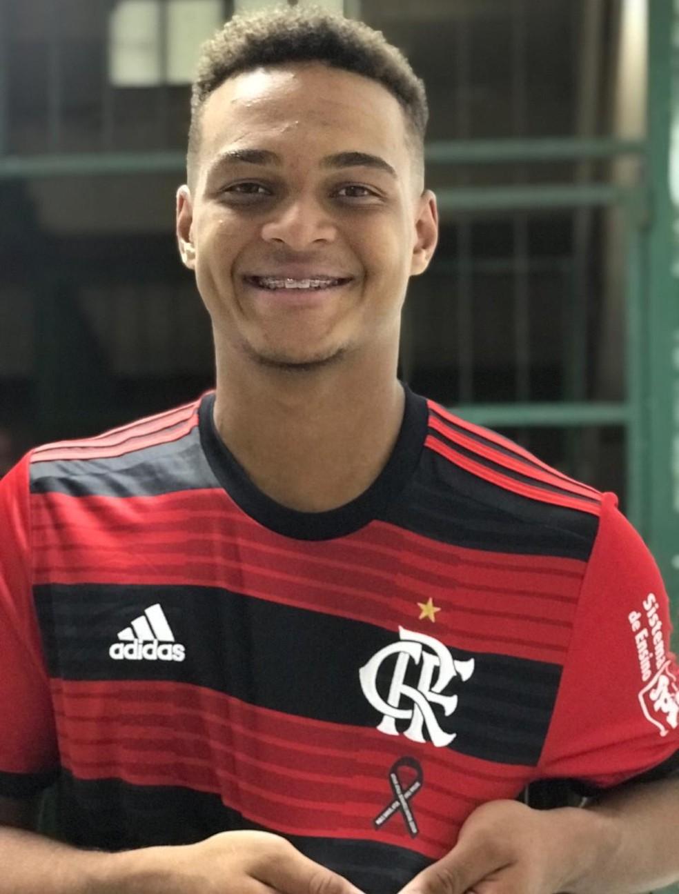 Rodrigo exibe símbolo de luto no uniforme do Flamengo com nome dos amigos, abaixo do escudo — Foto: Cahê Mota / GloboEsporte.com