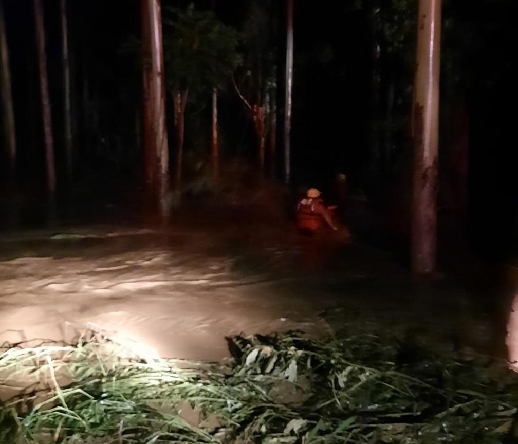 Corpo de Bombeiros de Santa Catarina foi até a região ainda durante a madrugada para ajudar nas buscas por desaparecidos. — Foto: Corpo de Bombeiros de Santa Catarina/Divulgação